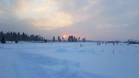 Paisaje nevoso del invierno ruso severo, puesta del sol almacen de video