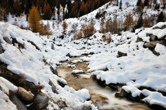 Paisaje, nieve y cascada del otoño de las montañas Fotos de archivo libres de regalías