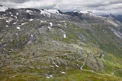 Paisaje noruego de la montaña rocosa con el camino secundario Noruega h Imagen de archivo libre de regalías