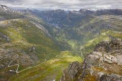 Paisaje noruego de la montaña rocosa con el camino secundario Noruega h Fotografía de archivo libre de regalías