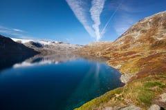 Paisaje noruego del otoño de la montaña con el lago Imagenes de archivo