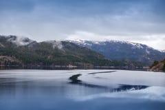 Paisaje noruego rural con agua inmóvil Fotografía de archivo libre de regalías