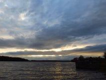 Paisaje, nubes hermosas sobre la charca Foto de archivo libre de regalías