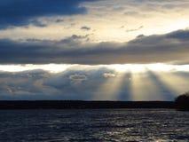 Paisaje, nubes hermosas sobre la charca Imágenes de archivo libres de regalías