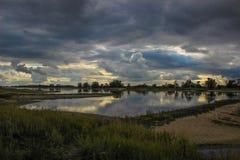 Paisaje nublado del río Foto de archivo libre de regalías