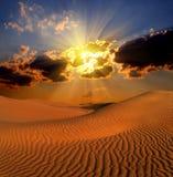 Paisaje dramático del suset en desierto Fotografía de archivo