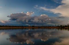 Paisaje nublado hermoso con las nubes reflejadas en agua en la primavera en Ucrania fotografía de archivo