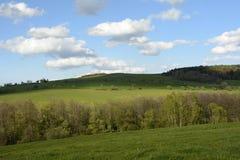 Paisaje ondulado con los árboles y los prados, República Checa, Europa Fotos de archivo