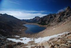 Paisaje oscuro del lago y de las montañas Fotos de archivo