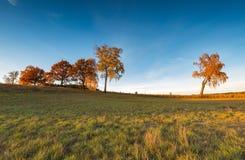 Paisaje otoñal con el campo en la puesta del sol Foto de archivo libre de regalías