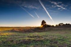 Paisaje otoñal con el campo en la puesta del sol Fotos de archivo
