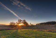Paisaje otoñal con el campo en la puesta del sol Fotos de archivo libres de regalías