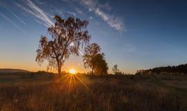 Paisaje otoñal con el campo en la puesta del sol Imagen de archivo libre de regalías