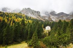 Paisaje otoñal con las cabañas en montañas de las dolomías Imagen de archivo libre de regalías