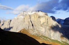 Paisaje otoñal de las montañas italianas en la puesta del sol Imagen de archivo libre de regalías
