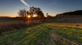 Paisaje otoñal hermoso de la puesta del sol Imagen de archivo