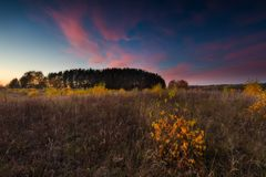 Paisaje otoñal hermoso de la puesta del sol Imagenes de archivo