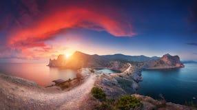 Paisaje panorámico con las montañas, el mar y el cielo hermoso en suma Imagen de archivo libre de regalías