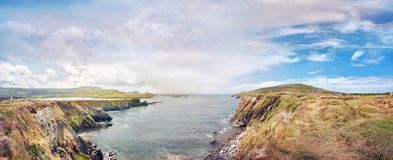 Paisaje panorámico con una orilla rocosa del océano Foto de archivo libre de regalías