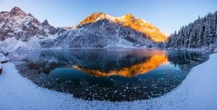 Paisaje panorámico de la montaña del invierno fotografía de archivo libre de regalías