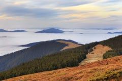 Paisaje panorámico de las nubes y de las montañas imagen de archivo