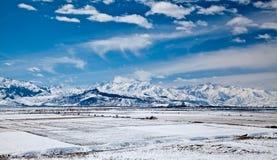 Paisaje panorámico de montañas nevosas Imágenes de archivo libres de regalías