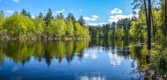 Paisaje panorámico del agua de la primavera de Rusia central fotos de archivo libres de regalías