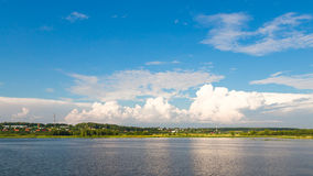 Paisaje panorámico del río del verano Fotografía de archivo