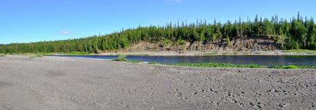 Paisaje panorámico del río en los Urales polares Imagen de archivo