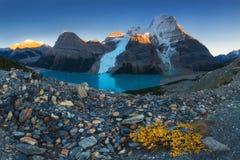 Paisaje panorámico distante del lago y de la montaña Robson Top berg Nevado en las montañas de Jasper National Park Canadian Rock imágenes de archivo libres de regalías