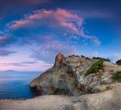 Paisaje panorámico hermoso con las montañas, mar en la puesta del sol Fotos de archivo