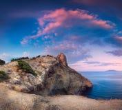 Paisaje panorámico hermoso con las montañas, mar en la puesta del sol Fotos de archivo libres de regalías