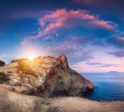 Paisaje panorámico hermoso con las montañas, mar en la puesta del sol Foto de archivo