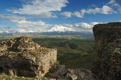 Paisaje panorámico hermoso de la montaña con los picos cubiertos por las nubes Foto de archivo