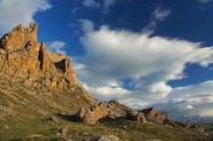 Paisaje panorámico hermoso de la montaña con los picos cubiertos por las nubes Imágenes de archivo libres de regalías