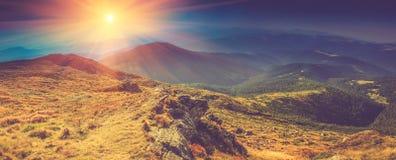 Paisaje panorámico hermoso en las montañas en la sol Fotos de archivo