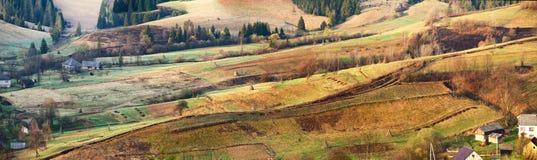 Paisaje panorámico rural de la primavera de la mañana alpina soleada Imagen de archivo