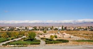 Paisaje panorámico con las nubes sobre las montañas y la ciudad antigua de Oriente Medio Imágenes de archivo libres de regalías
