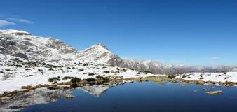 Paisaje panorámico de la alta montaña Fotos de archivo