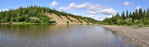 Paisaje panorámico del río en los Urales polares Imagen de archivo libre de regalías