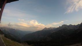 Paisaje paradisíaco de los picos de las montañas albanesas