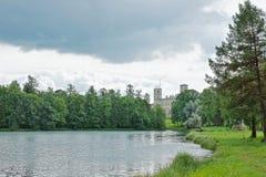 Paisaje pintoresco con el gran palacio al lado del lago Imágenes de archivo libres de regalías