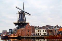 Paisaje pintoresco con el molino de viento, Haarlem, Holanda de la mañana Foto de archivo libre de regalías