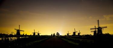 Paisaje pintoresco con los molinoes de viento Fotografía de archivo