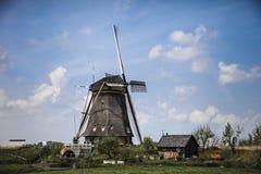 Paisaje pintoresco con los molinoes de viento Fotos de archivo libres de regalías
