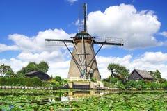 Paisaje pintoresco con los molinoes de viento Kinderdijk Imagen de archivo