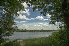 Paisaje pintoresco con un río Fotografía de archivo libre de regalías