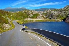 Paisaje pintoresco de la montaña de Noruega con el camino. Foto de archivo