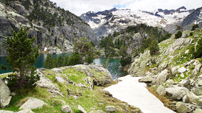 Paisaje pintoresco de la naturaleza con el lago Fotos de archivo libres de regalías