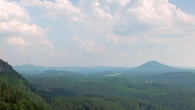 Paisaje pintoresco de la naturaleza hermosa en Europa Central en República Checa almacen de video